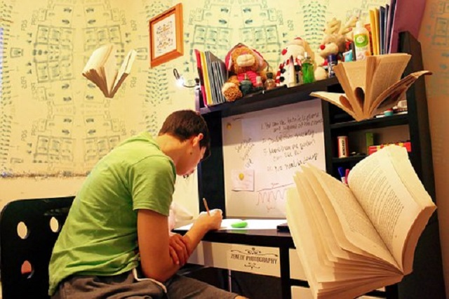 本に囲まれて勉強