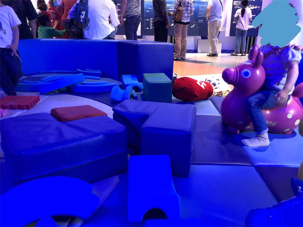 めんたいパークなめとこ内にあるめんたいミュージアムのキッズスペースで遊ぶ子ども
