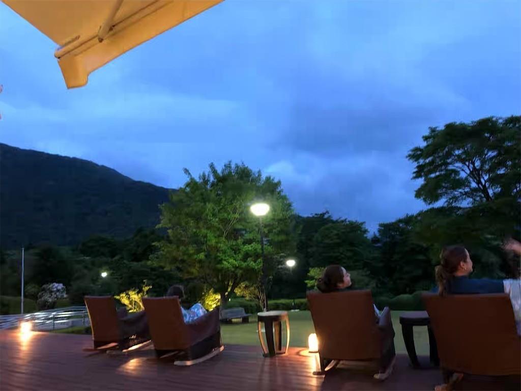 夜の箱根レイクホテルのオープンテラス
