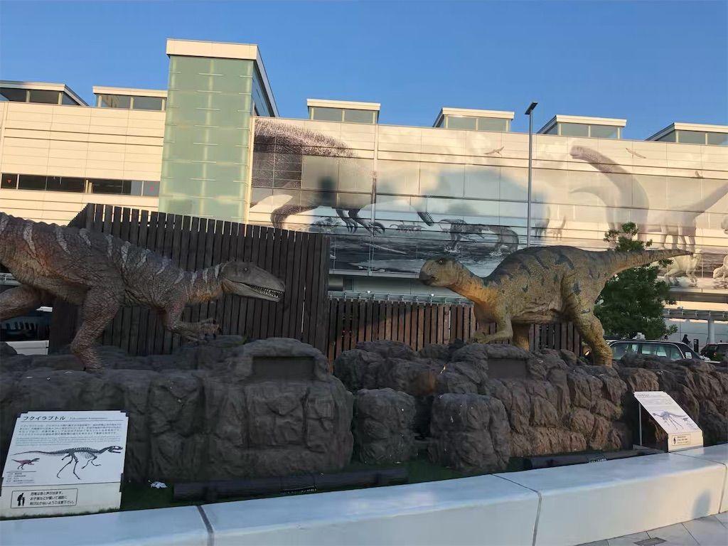 福井駅の壁面に描かれた恐竜と恐竜ロボット