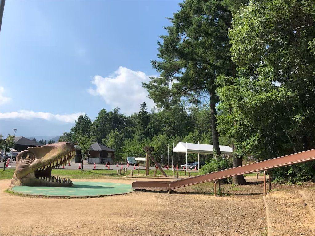 かつやま恐竜の森のチャマゴン広場にある恐竜の滑り台