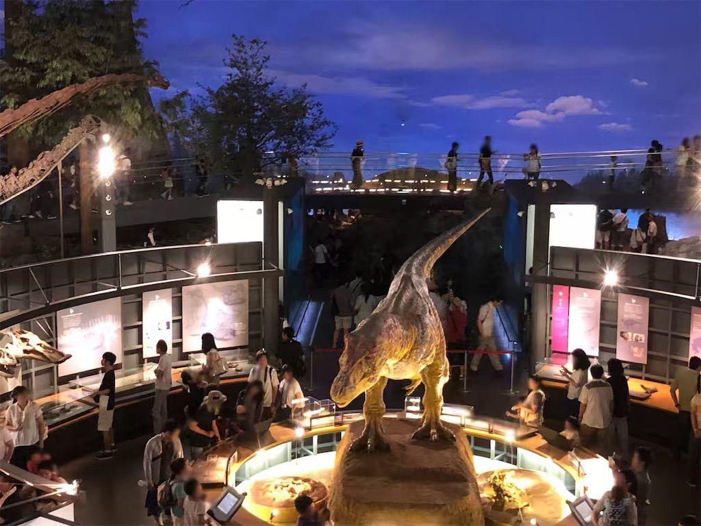 福井県立恐竜博物館のティラノサウルスのロボットと展示パネル
