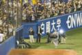 [神宮球場][阪神タイガース][ケビン・メンチ]報道陣のスタッフを浴び、ファンに囲まれながら球場を後にするメンチ