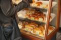 朝食は偶然通りがかったパン屋のサラダパン。