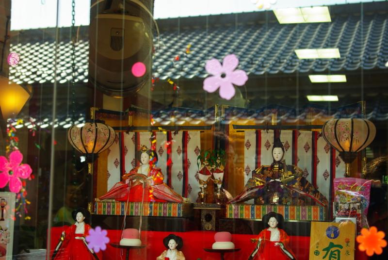 京都新聞写真コンテスト ガラス窓のひな祭り