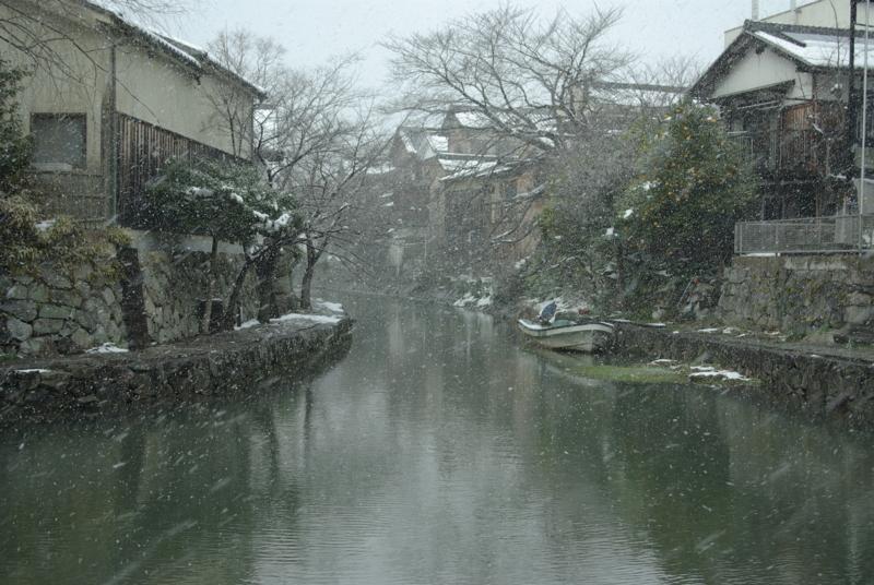 京都新聞写真コンテスト「雪降る水辺の町 1」