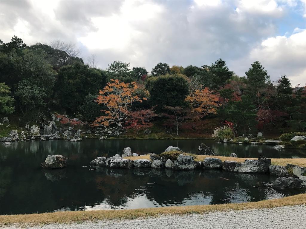 曹源池の紅葉の写真