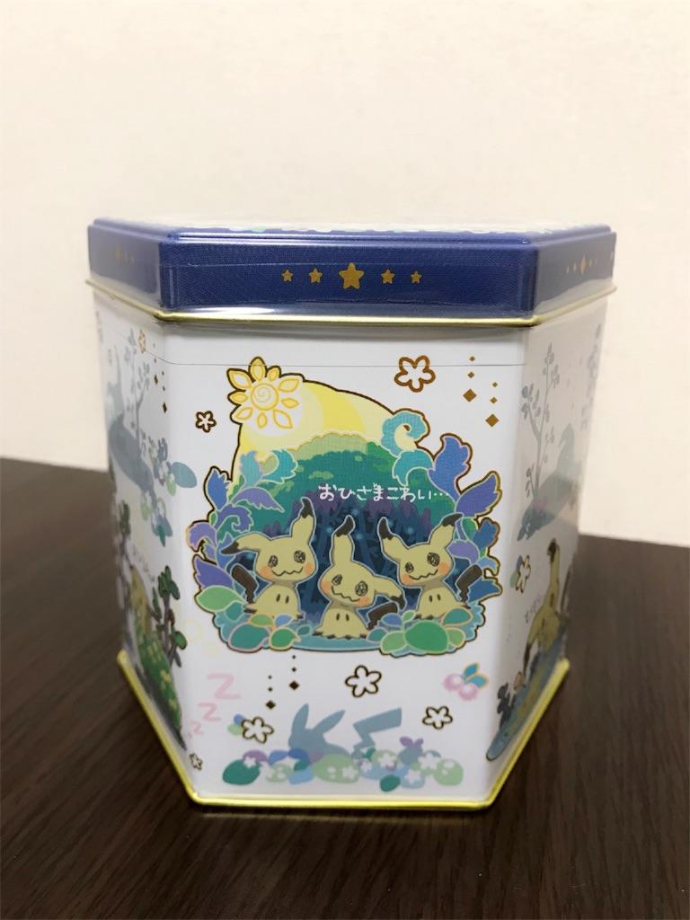 チョコサンドクッキーミミッキュだよの缶の写真で缶の表面には3匹のミミッキュのイラストが描かれている