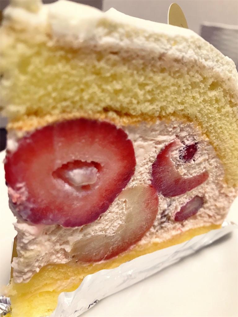 苺のプレミアムドーム断面がよく見える写真
