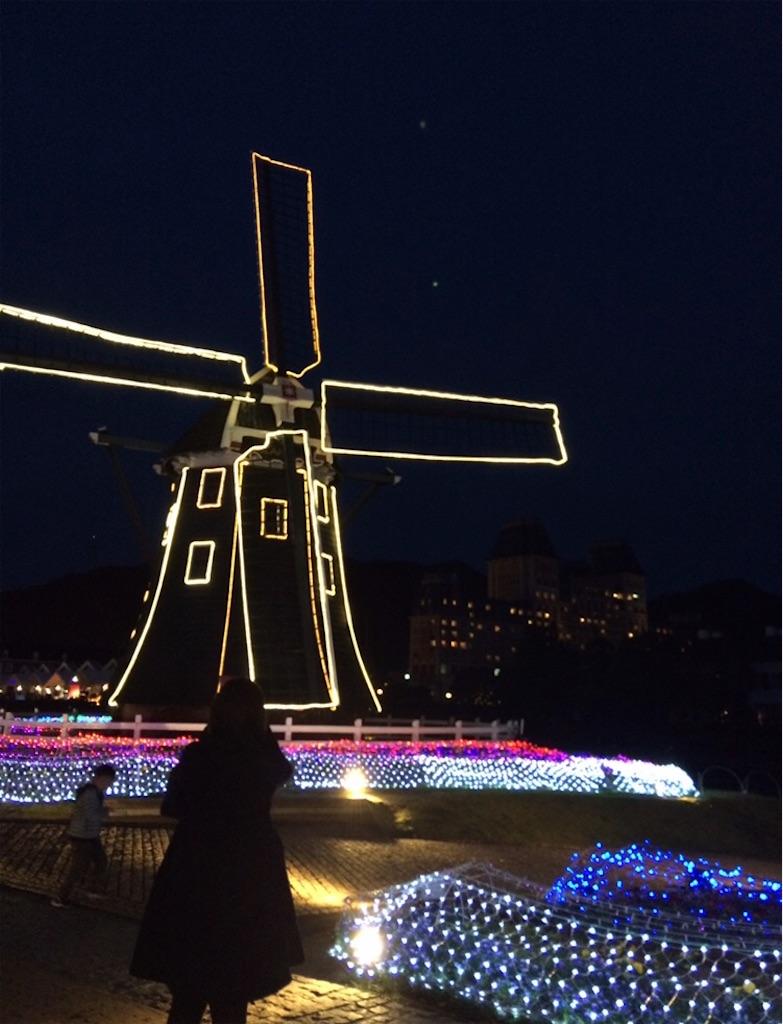 電飾によって風車の羽が夜空に浮かんでいる