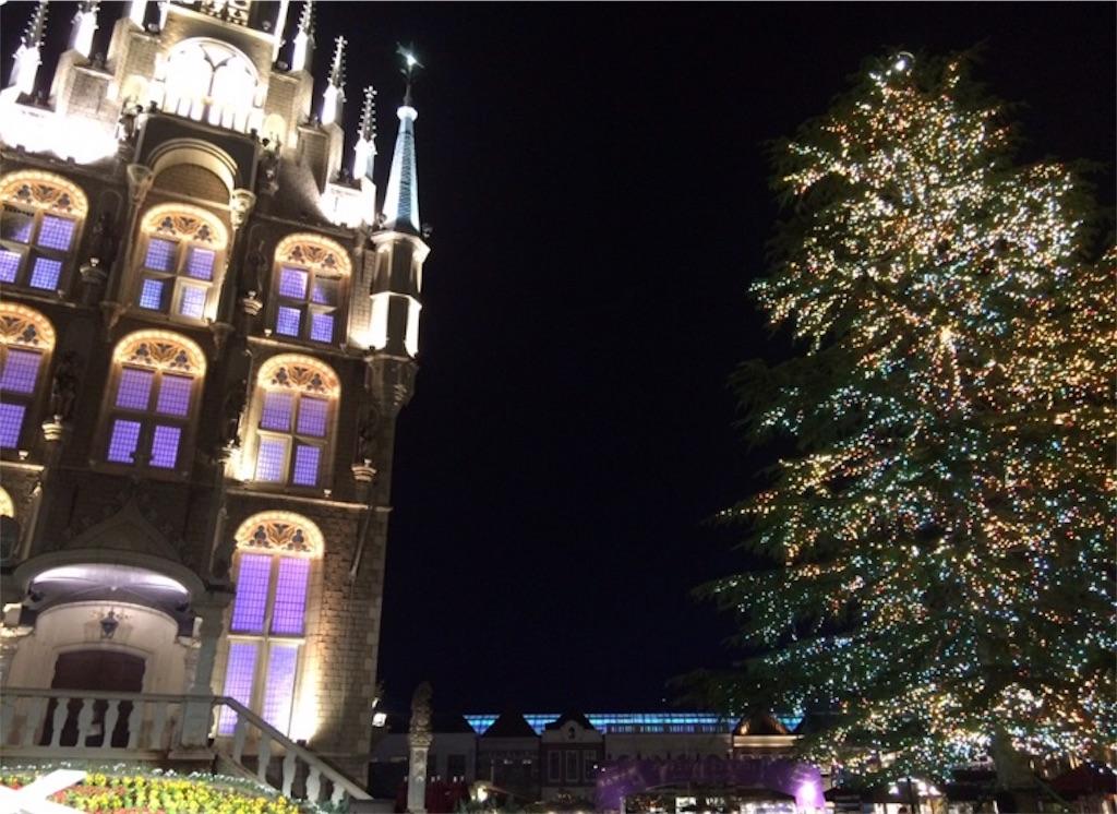 ライトアップされたクリスマスツリーと建物