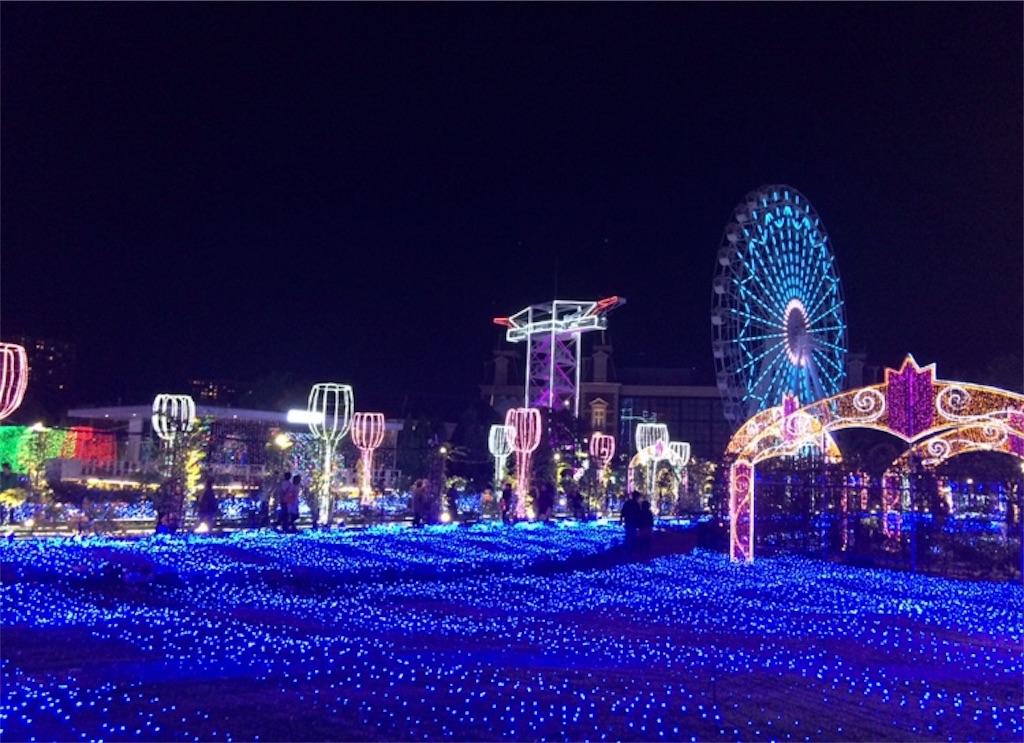 一面青くライトアップされた広場