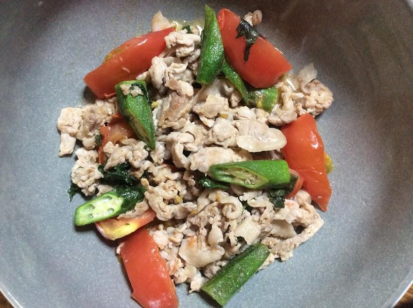 【酒の肴】豚肉とオクラ・トマトのニンニクオリーブ炒め