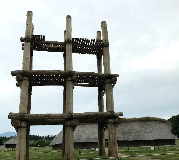 三内丸山遺跡大型掘立柱建物(復元)