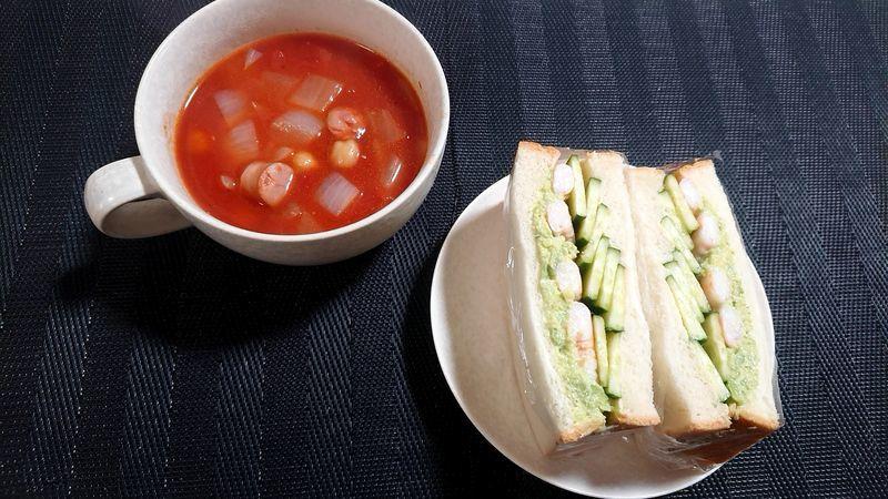 アボカドときゅうりのサンドイッチ_食卓