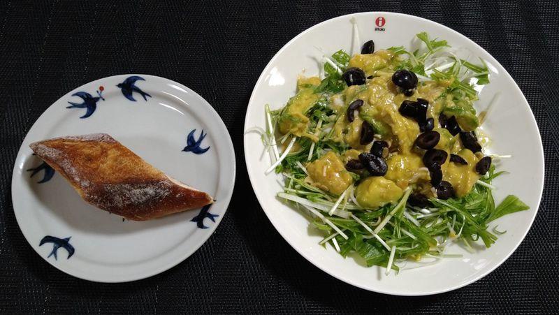 アボカドとふわとろ卵のサラダ_食卓