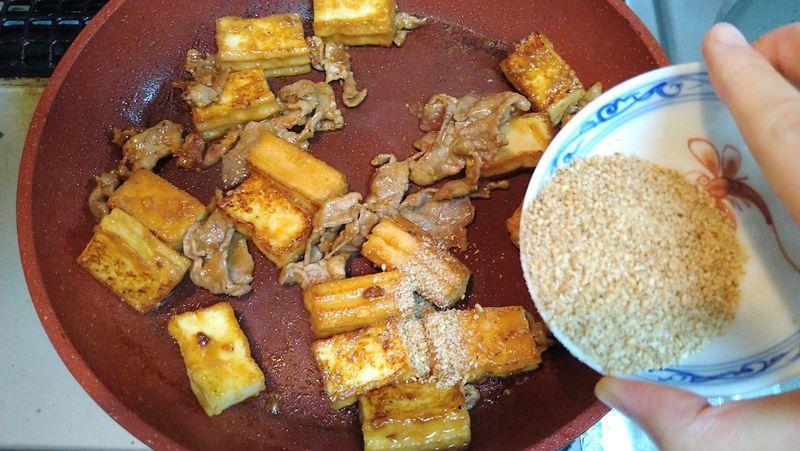 厚揚げと豚肉のごまみそ炒め 新たまスライスのせ_10