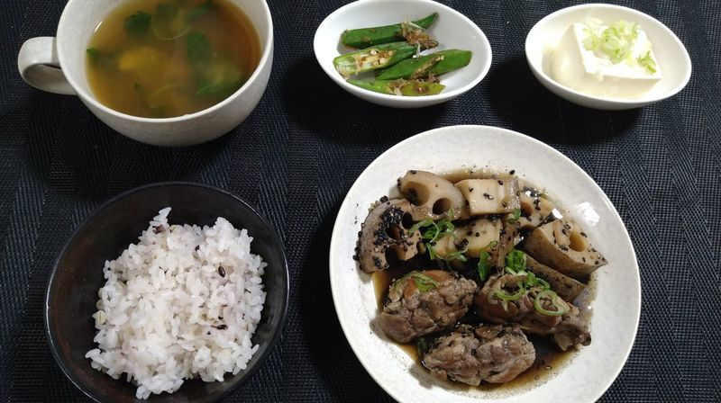 れんこんと豚肉の黒ごま煮_食卓
