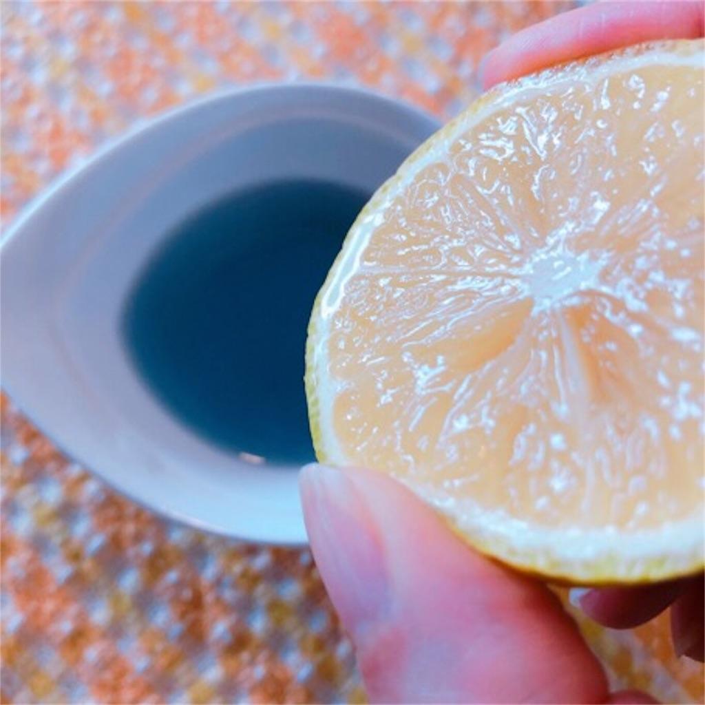 バタフライピーティーにレモンを入れるところ