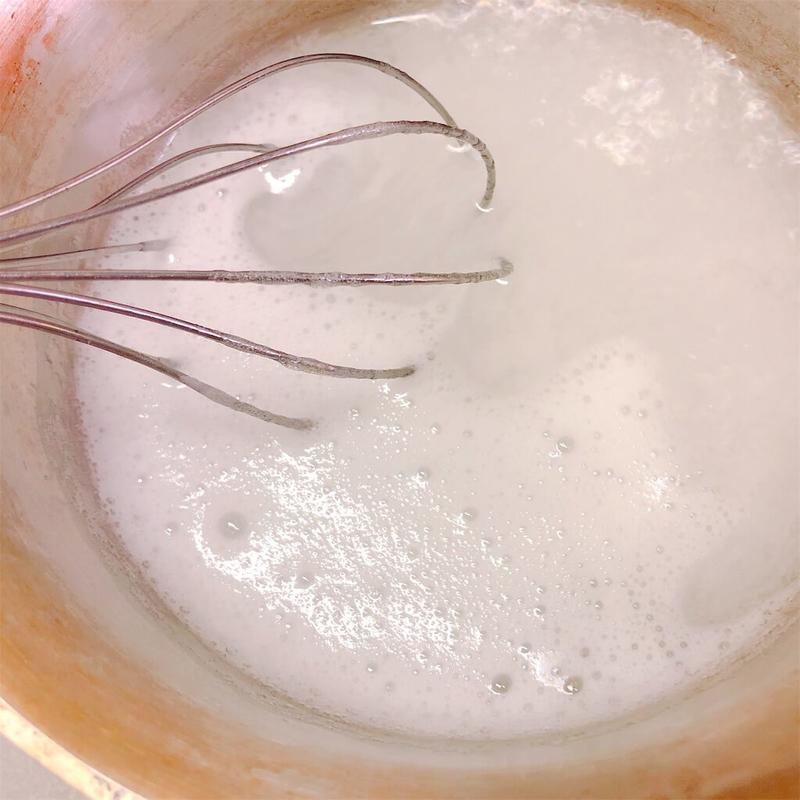 アガーを鍋で煮溶かしている写真。