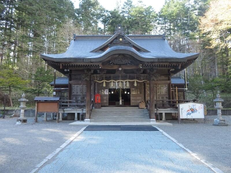 義経神社本殿の写真