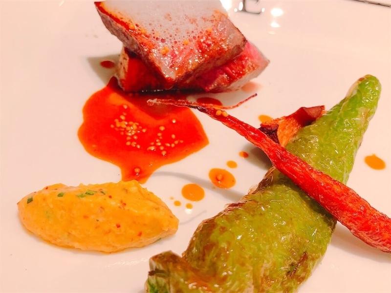 鶴雅リゾートエプイレストラン肉料理の写真