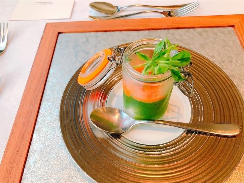 鶴雅リゾートエプイレストラン「七竈」甘海老とうにのカクテル 葉緑素のジュレの写真