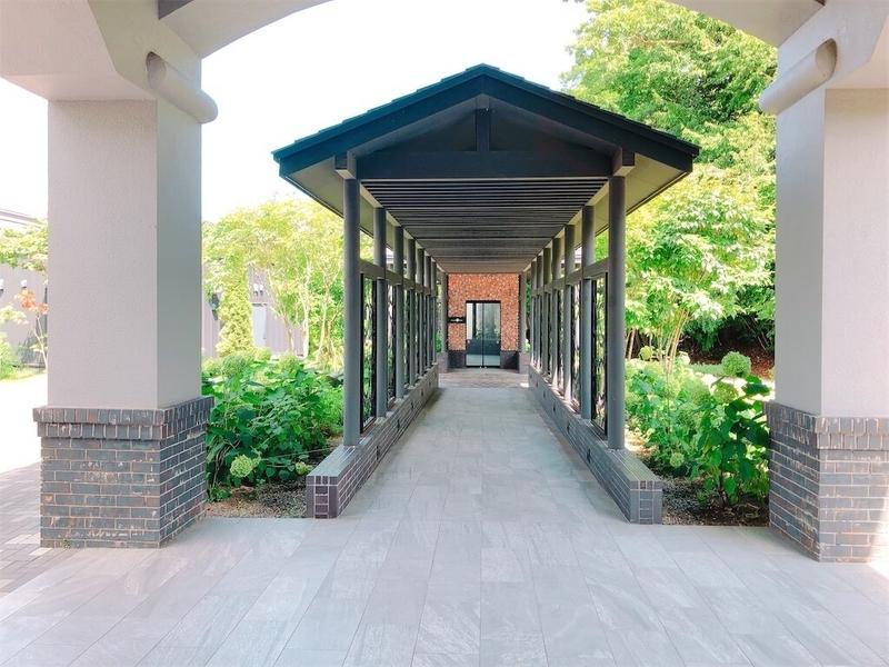 鶴雅リゾートエプイ宿泊棟からレストランへ行く小路の写真