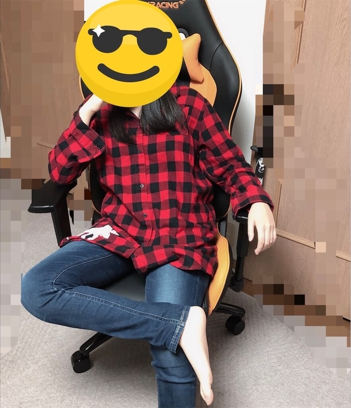 ゲーミングチェアで最高にリラックスする娘の写真
