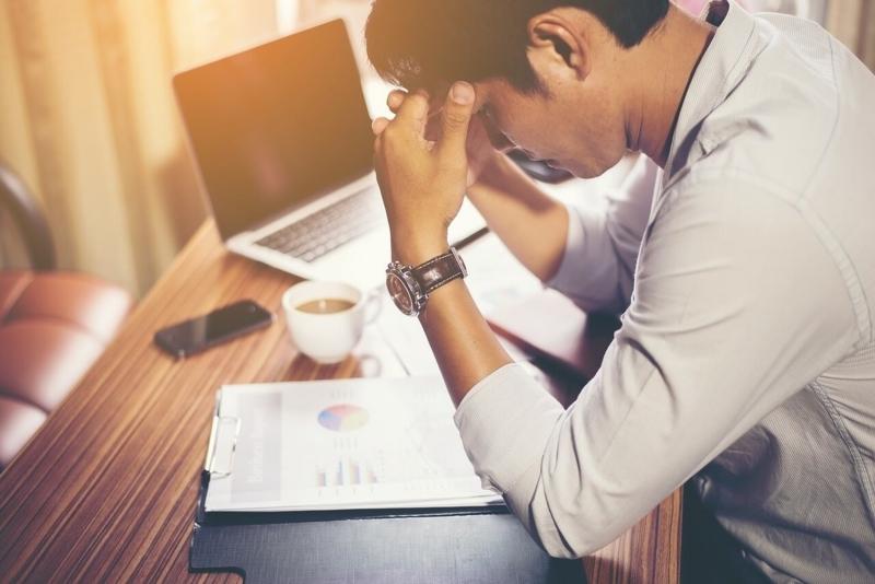 仕事でストレスが溜まっている男性のイメージ