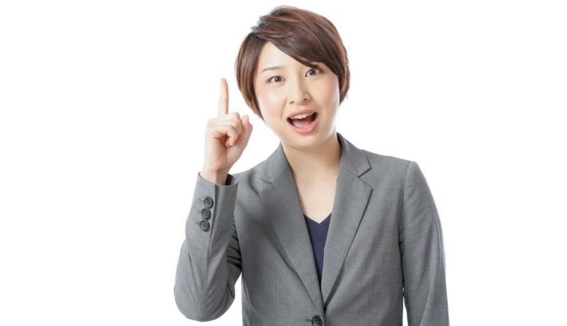 人と接するさいのポイントを紹介する女性