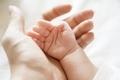 親と子供の手