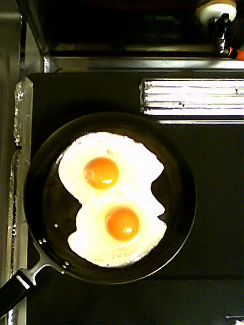 卵ふたつを割り入れた直後のフライパン