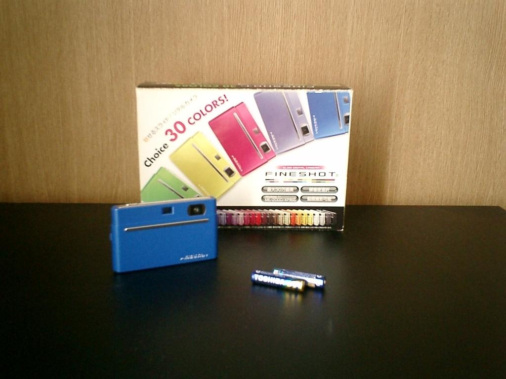 FINESHOT本体と購入時のボックス、手前は現在使用中の単四乾電池2本