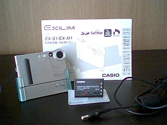 エクシリムシリーズの初代モデルEX-S1とクレードル&ケーブル類、購入時の充電池、取扱説明書。