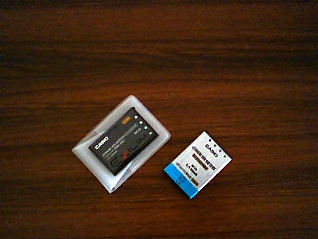 カメラ購入時の充電池(左)と、数年後に家電量販店で求めた同等品(右)