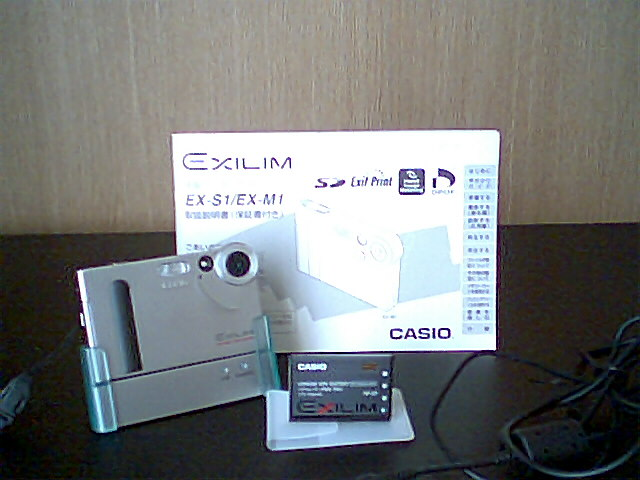 愛機、カシオのエクシリム(初代モデルEX-S1)。接写機能や光学ズームが備わっていないのが残念。