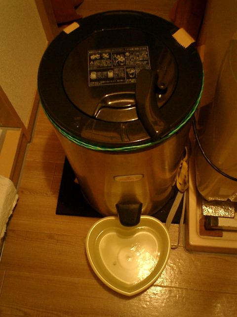 部屋干しはもちろん外干しにも重宝する、わが家のソメラ高速脱水機の稼働中の図。
