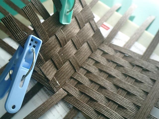 木工用ボンドで糊付けした部分は、洗濯バサミでしっかりキープ