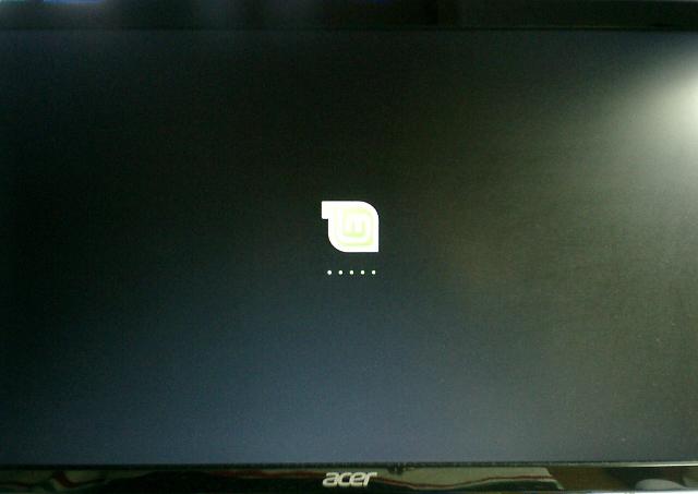 Linux Mintのロゴが画面中央に登場。