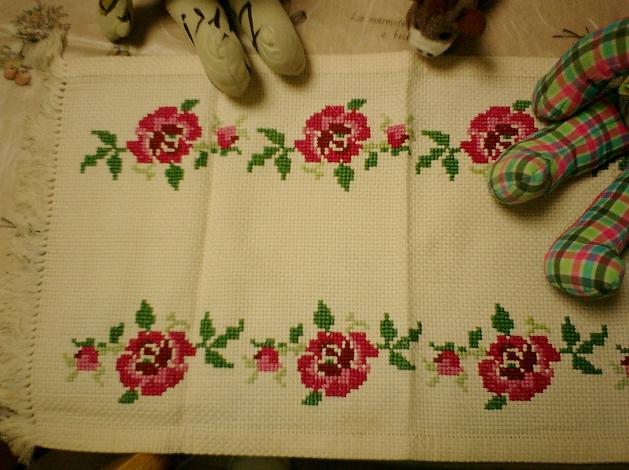 筆者が小学生の頃、通院治療中だった母が待合室にいる時間を利用して完成させた刺繍キットのテーブルセンター