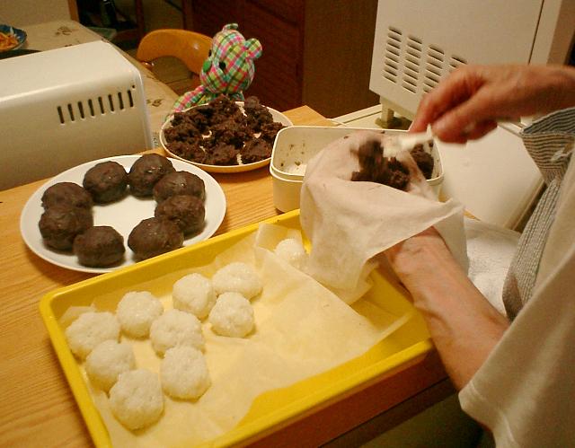 おはぎ作りのクライマックス、ご飯を粒あんで包む作業。
