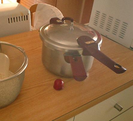 我が家愛用の3リットル圧力鍋「プチライン」。