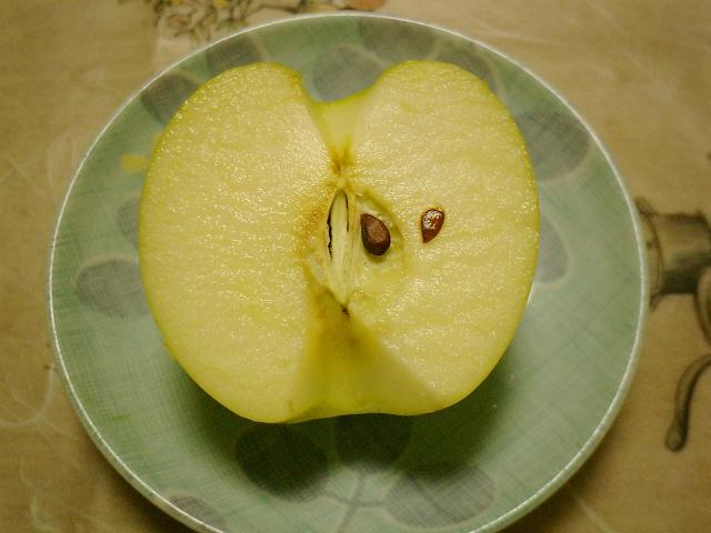 カットした断面は、果汁がじわっと滲みでて見るからにジューシー。シャキシャキした食感も花マル級です。
