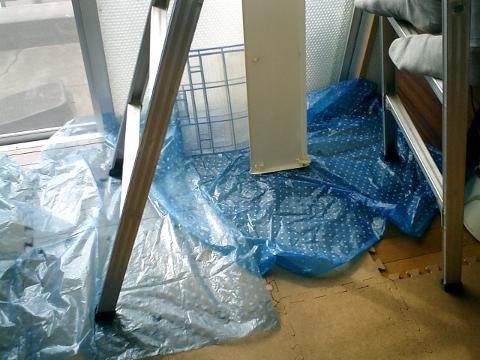 エアコンの洗浄スプレーをかける前に足元に敷いた、ごくごく粗末なウチ流の養生シート。