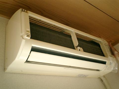 熱交換器を覆うカバーパネルを取り外したところ。