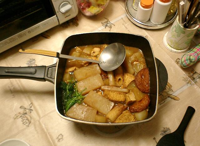 ウチ流の味噌おでん鍋。つゆはもちろん赤みそベース。今回は大根、こんにゃく、ちくわ、さつま揚げ、春菊、厚揚げ豆腐、鶏の肩肉を投入してみました。