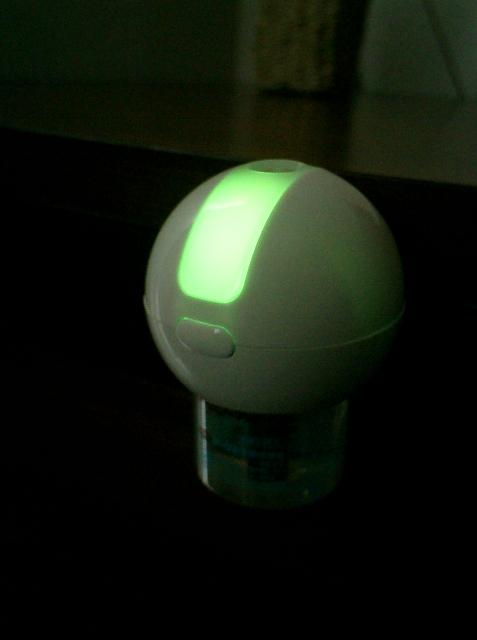 夜間は緑色の光を発して常夜灯も兼ねてくれます