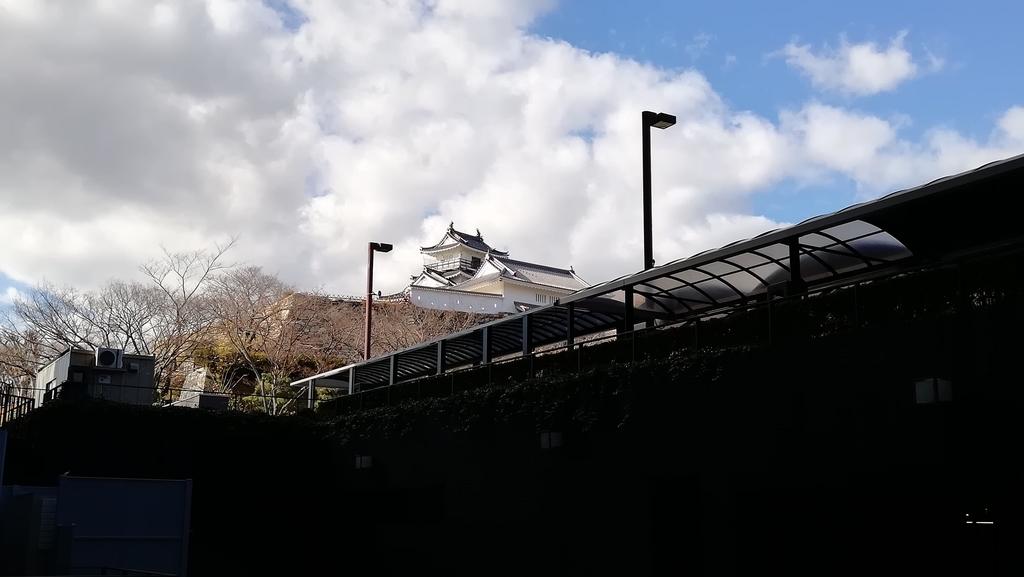浜松市役所から浜松城を望む