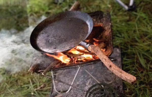 かっこいい焚き火フライパン